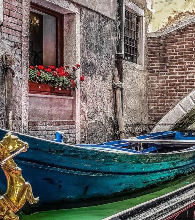 Venezia, gondole modificate per l'acqua alta