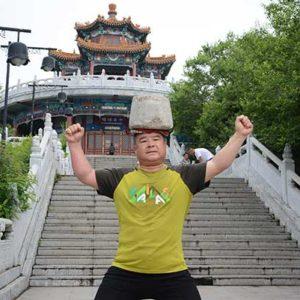 Vuoi dimagrire? Cammina con una pietra in testa: parola di Cong Yan