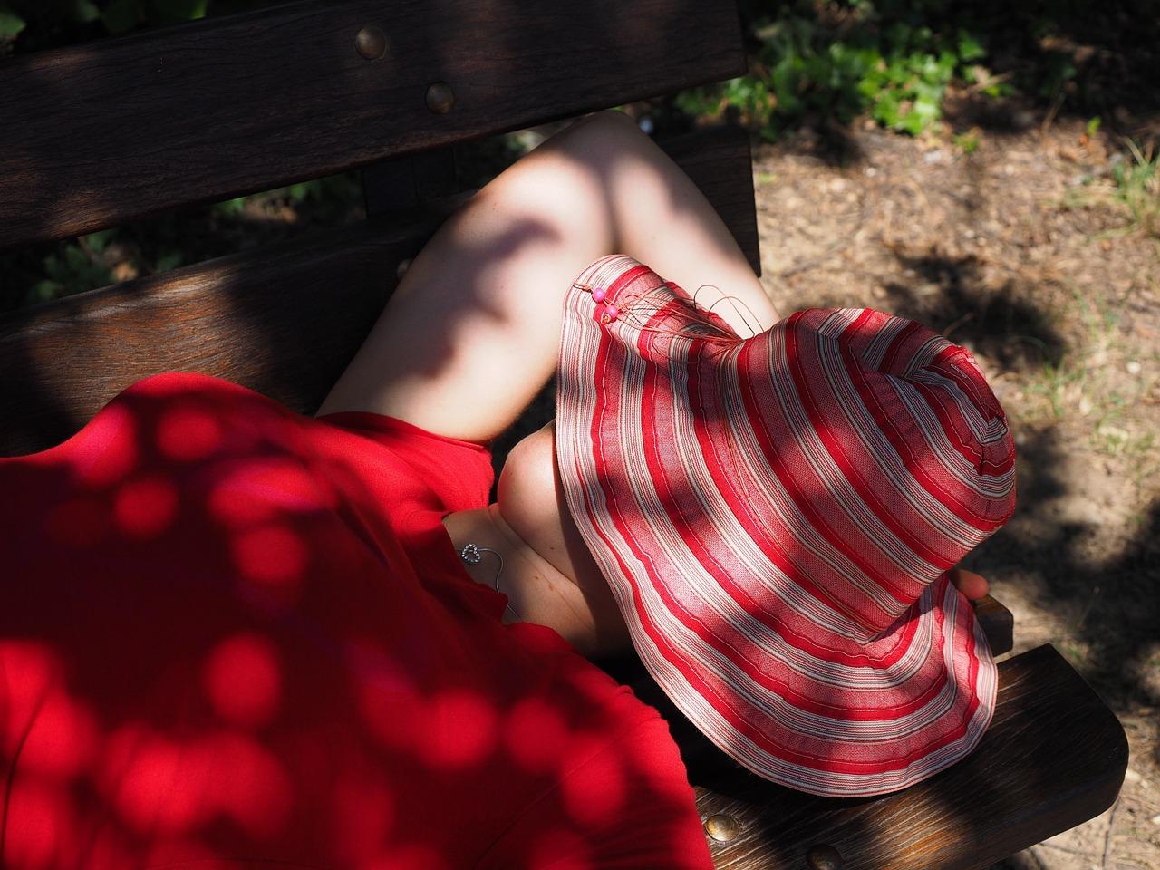 dormire su panchina, stanchezza e sonnolenza di una donna