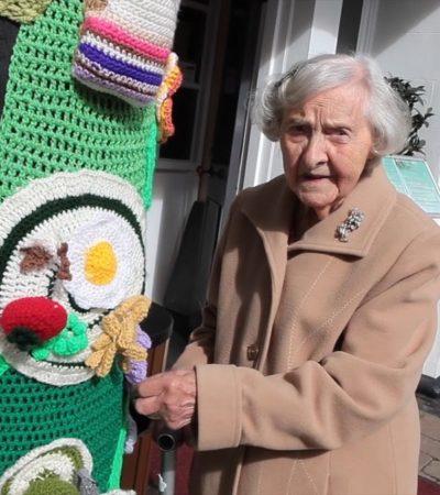 Grace Brett, street art a centoquattro anni con l'uncinetto