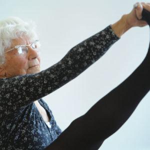 Bernice Bates, 96 anni e insegna Yoga