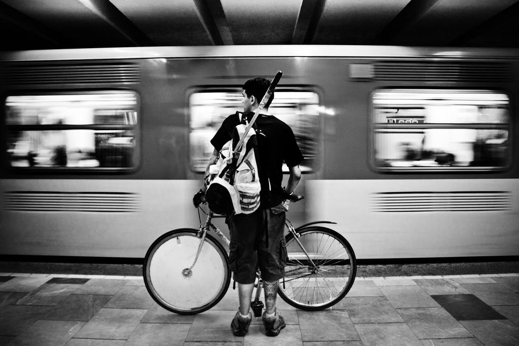 ragazzo in bici in metropolitana