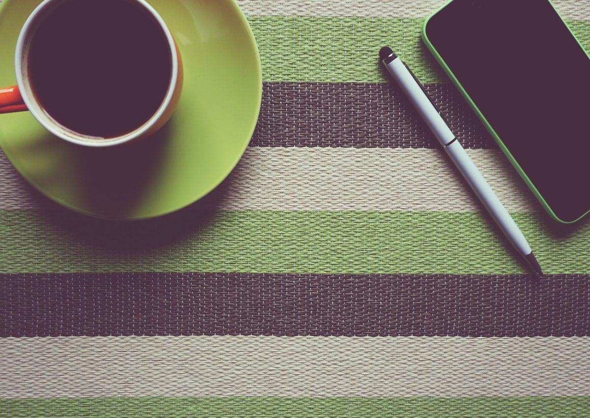 tavolo con tazza e cellulare