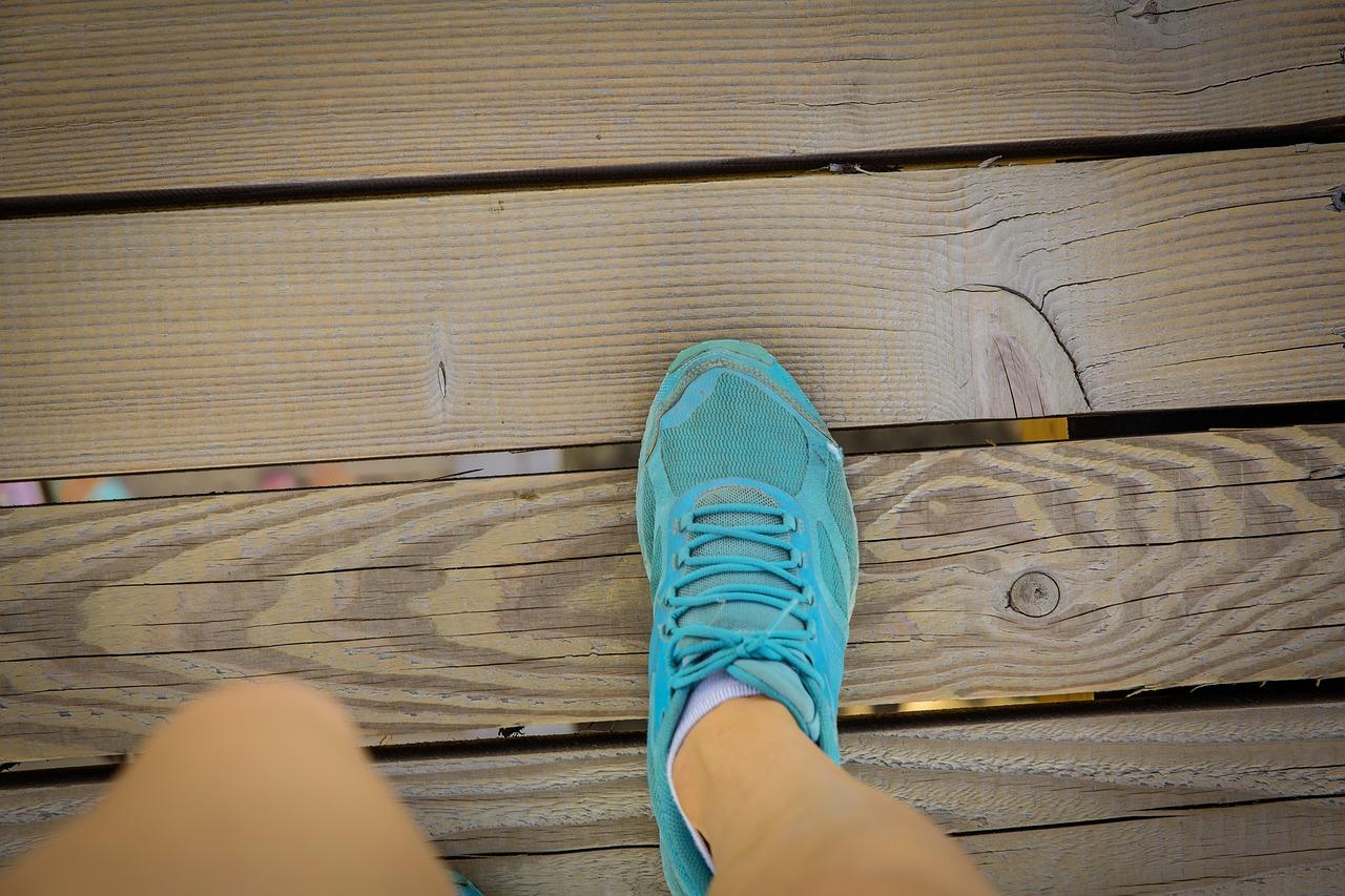 camminare con scarpe sportive