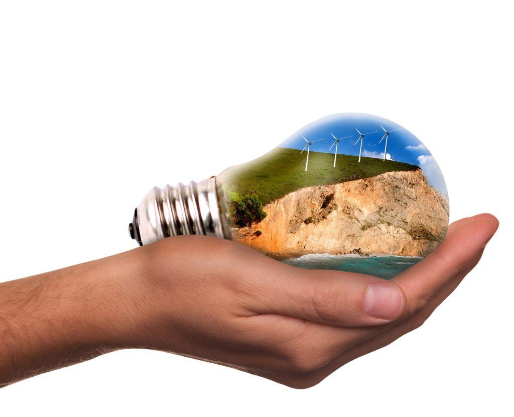 lampadina sulla mano