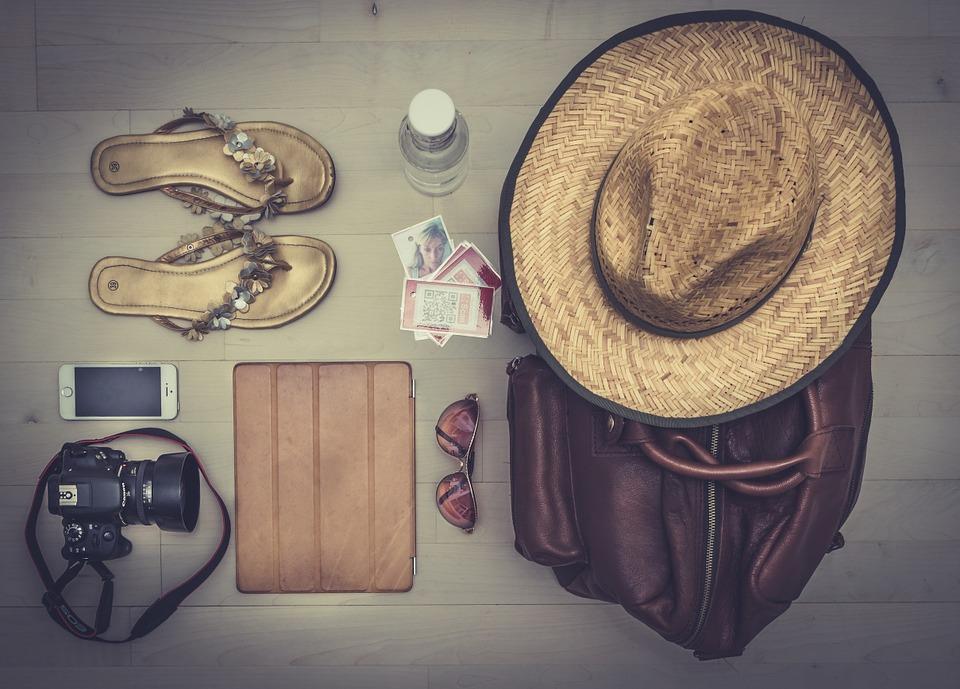 valigia cappello occhiali da sole