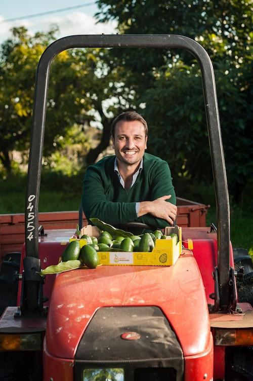 Andrea Passanisi con trattore e avocado