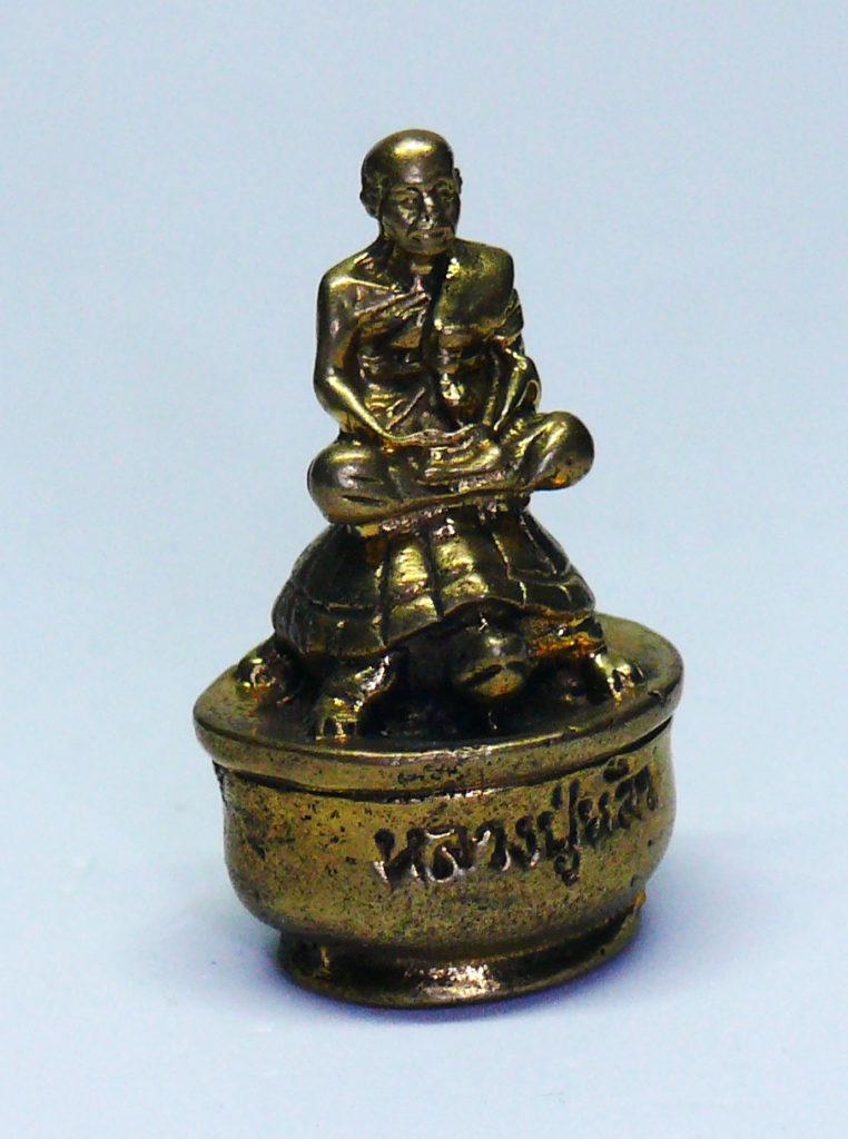 Statuina di monaco buddista su tartaruga